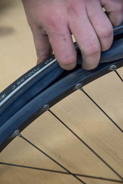 Fahrradreifen und Schlauch aufziehen, montieren und wechseln